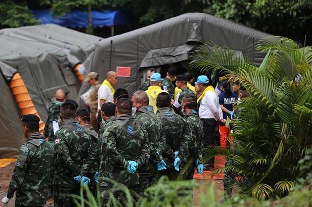 Những hình ảnh từ hiện trường ngày đầu cứu hộ đội bóng Thái Lan - Ảnh 7.