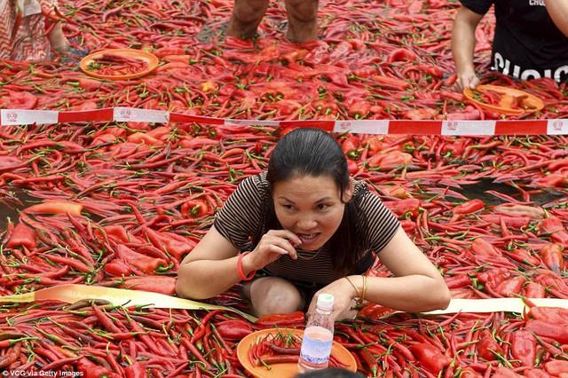 Nhiệt độ lên đến gần 40 độ C, Trung Quốc vẫn tổ chức cuộc thi ngâm mình ăn ớt và tìm được quán quân - Ảnh 7.