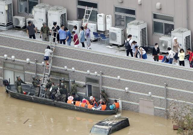 Những hình ảnh về trận mưa lũ lịch sử ở Nhật Bản - Ảnh 8.