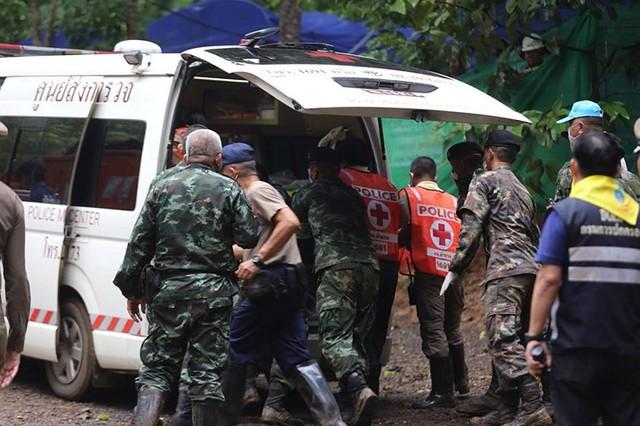 Những hình ảnh từ hiện trường ngày đầu cứu hộ đội bóng Thái Lan - Ảnh 8.