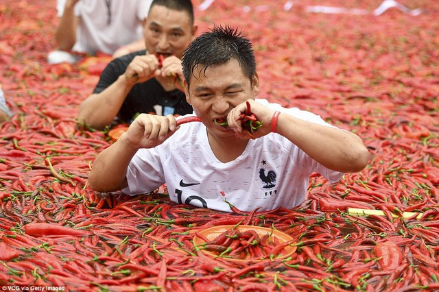 Nhiệt độ lên đến gần 40 độ C, Trung Quốc vẫn tổ chức cuộc thi ngâm mình ăn ớt và tìm được quán quân - Ảnh 8.