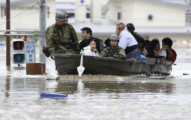Những hình ảnh về trận mưa lũ lịch sử ở Nhật Bản - Ảnh 9.