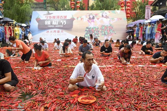 Nhiệt độ lên đến gần 40 độ C, Trung Quốc vẫn tổ chức cuộc thi ngâm mình ăn ớt và tìm được quán quân - Ảnh 9.