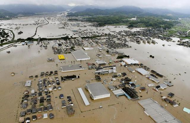 Những hình ảnh về trận mưa lũ lịch sử ở Nhật Bản - Ảnh 10.