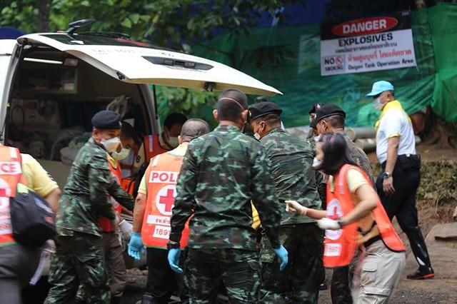 Những hình ảnh từ hiện trường ngày đầu cứu hộ đội bóng Thái Lan - Ảnh 10.