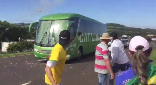 Video: Xe buýt chở đội tuyển Brazil hứng cơn mưa trứng và gạch đá từ các CĐV quá khích - Ảnh 1.