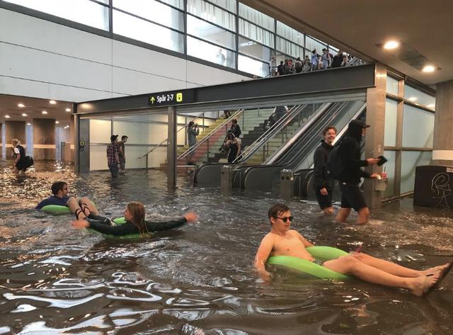 Nhà ga ở Thụy Điển biến thành bể bơi công cộng sau mưa lớn - Ảnh 1.