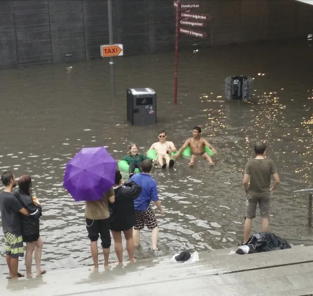 Nhà ga ở Thụy Điển biến thành bể bơi công cộng sau mưa lớn - Ảnh 2.