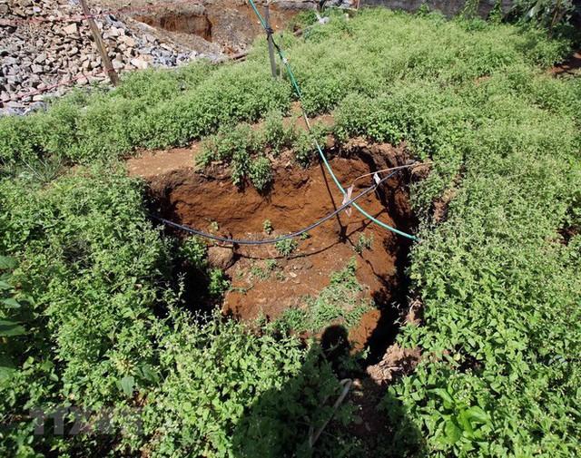 Cận cảnh những hố tử thần khổng lồ mới xuất hiện tại Lào Cai - Ảnh 1.