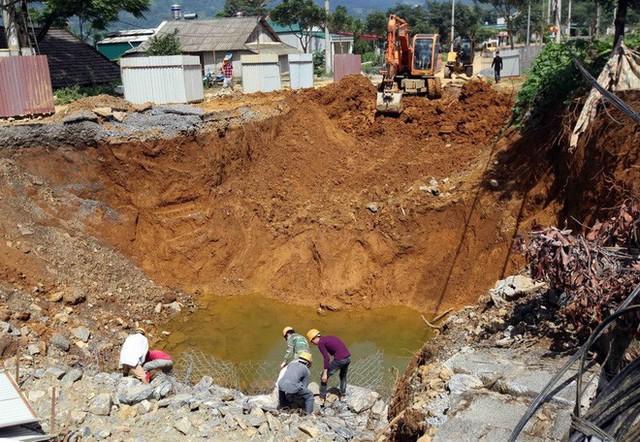 Cận cảnh những hố tử thần khổng lồ mới xuất hiện tại Lào Cai - Ảnh 2.