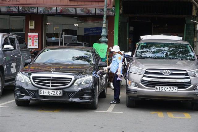 TPHCM: Chính thức tăng phí đỗ xe ôtô dưới lòng đường từ 4-8 lần - Ảnh 1.