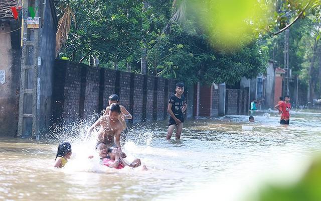 Ái ngại cảnh trẻ em vùng lụt Chương Mỹ vô tư bơi lội trong nước lũ - Ảnh 11.