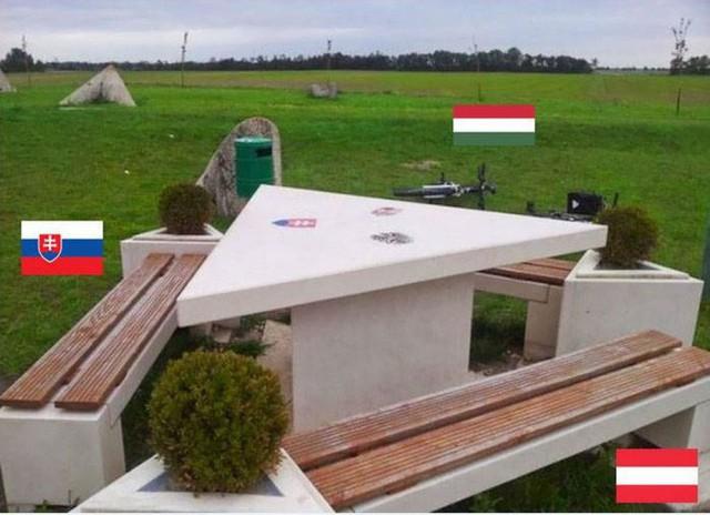Đường biên giới ngộ nghĩnh của các nước: Đường sơn chia đôi tòa nhà, ngồi uống cà phê bên này, nhón chân qua đã sang lãnh thổ nước khác - Ảnh 13.