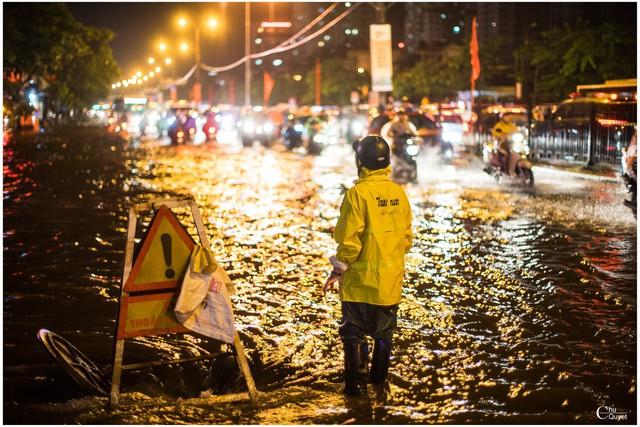 Bức ảnh Người canh tử thần trong đêm ngập kinh hoàng ở Hà Nội gây xúc động - Ảnh 3.