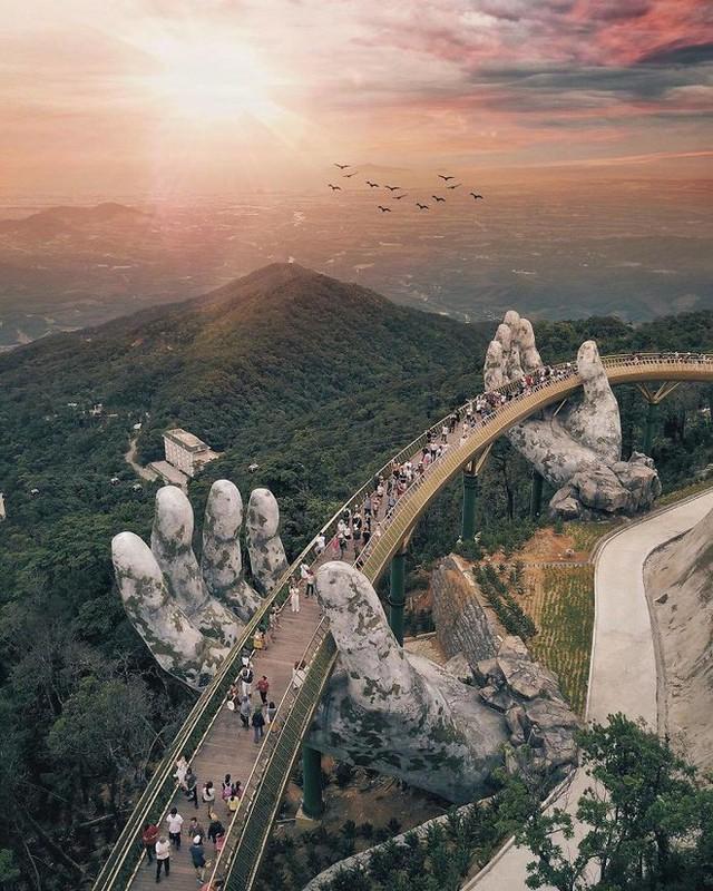Báo nước ngoài viết về Cầu Vàng Đà Nẵng, đồng loạt khen vẻ đẹp nghẹt thở, như bước ra từ phim Chúa tể những chiếc nhẫn - Ảnh 3.