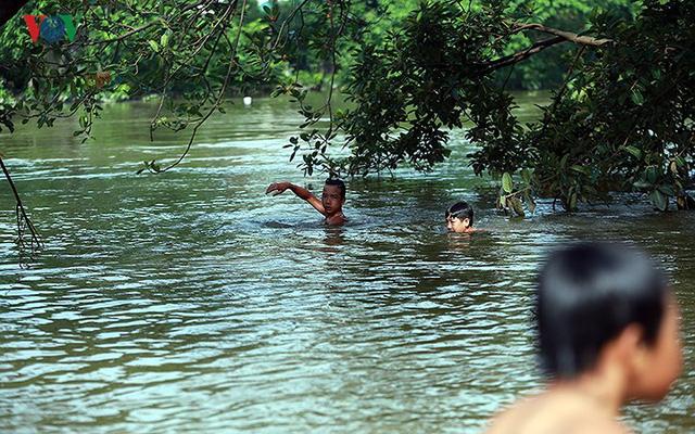 Ái ngại cảnh trẻ em vùng lụt Chương Mỹ vô tư bơi lội trong nước lũ - Ảnh 3.