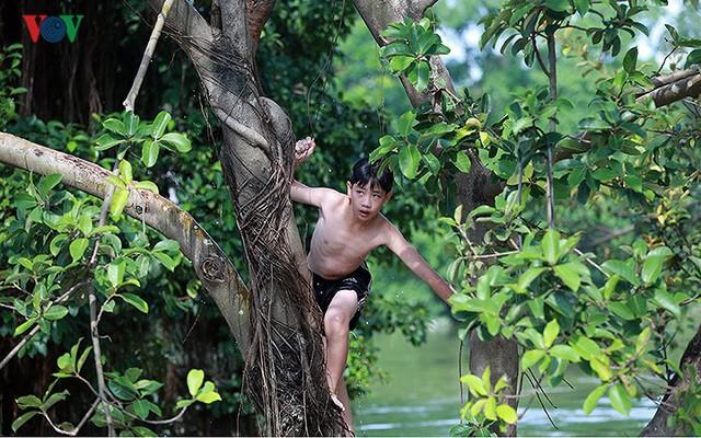 Ái ngại cảnh trẻ em vùng lụt Chương Mỹ vô tư bơi lội trong nước lũ - Ảnh 4.