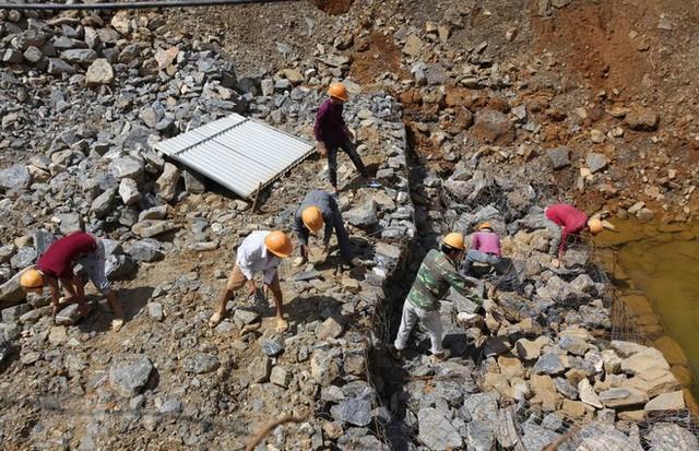 Cận cảnh những hố tử thần khổng lồ mới xuất hiện tại Lào Cai - Ảnh 5.