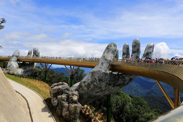 Báo nước ngoài viết về Cầu Vàng Đà Nẵng, đồng loạt khen vẻ đẹp nghẹt thở, như bước ra từ phim Chúa tể những chiếc nhẫn - Ảnh 5.