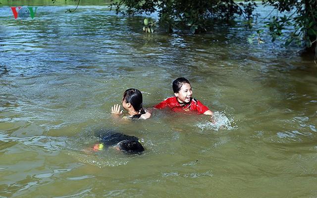 Ái ngại cảnh trẻ em vùng lụt Chương Mỹ vô tư bơi lội trong nước lũ - Ảnh 5.