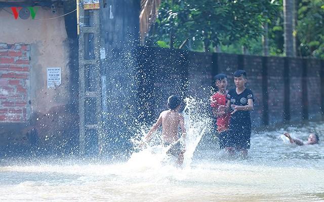 Ái ngại cảnh trẻ em vùng lụt Chương Mỹ vô tư bơi lội trong nước lũ - Ảnh 6.