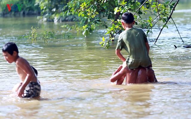 Ái ngại cảnh trẻ em vùng lụt Chương Mỹ vô tư bơi lội trong nước lũ - Ảnh 7.