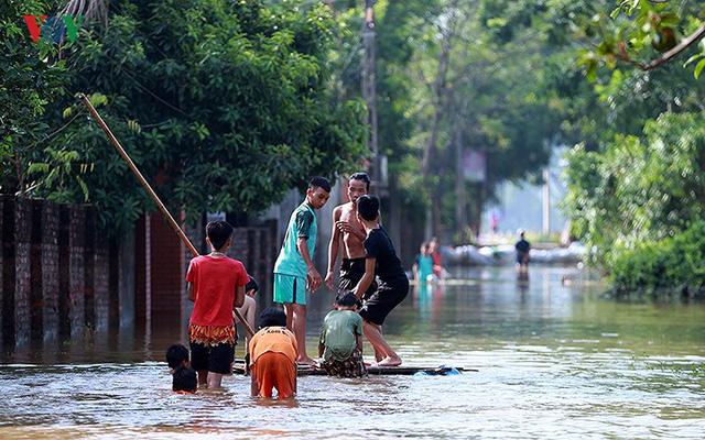 Ái ngại cảnh trẻ em vùng lụt Chương Mỹ vô tư bơi lội trong nước lũ - Ảnh 8.