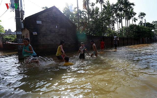 Ái ngại cảnh trẻ em vùng lụt Chương Mỹ vô tư bơi lội trong nước lũ - Ảnh 9.