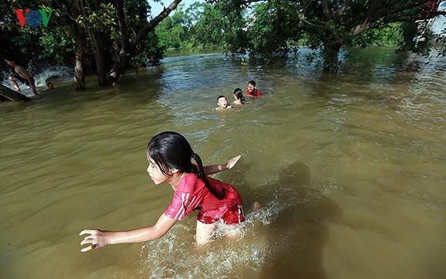 Ái ngại cảnh trẻ em vùng lụt Chương Mỹ vô tư bơi lội trong nước lũ - Ảnh 10.