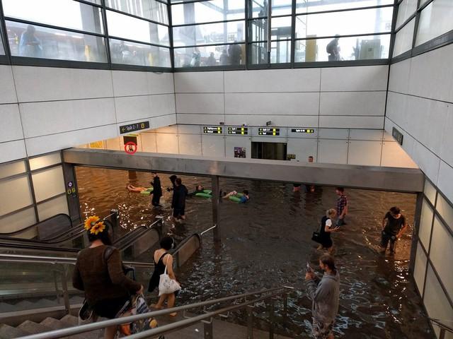 Nhà ga ở Thụy Điển biến thành bể bơi công cộng sau mưa lớn - Ảnh 6.