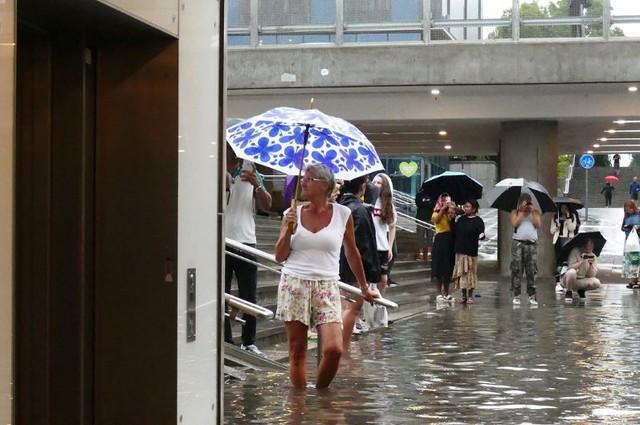 Nhà ga ở Thụy Điển biến thành bể bơi công cộng sau mưa lớn - Ảnh 5.