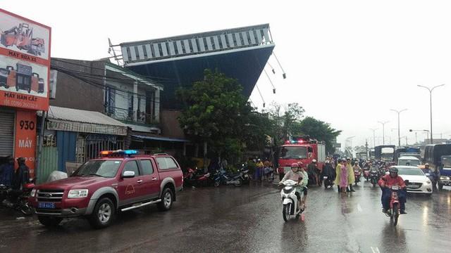 Bảng quảng cáo khổng lồ đổ sập trong mưa, đè chết người ở Sài Gòn - Ảnh 1.