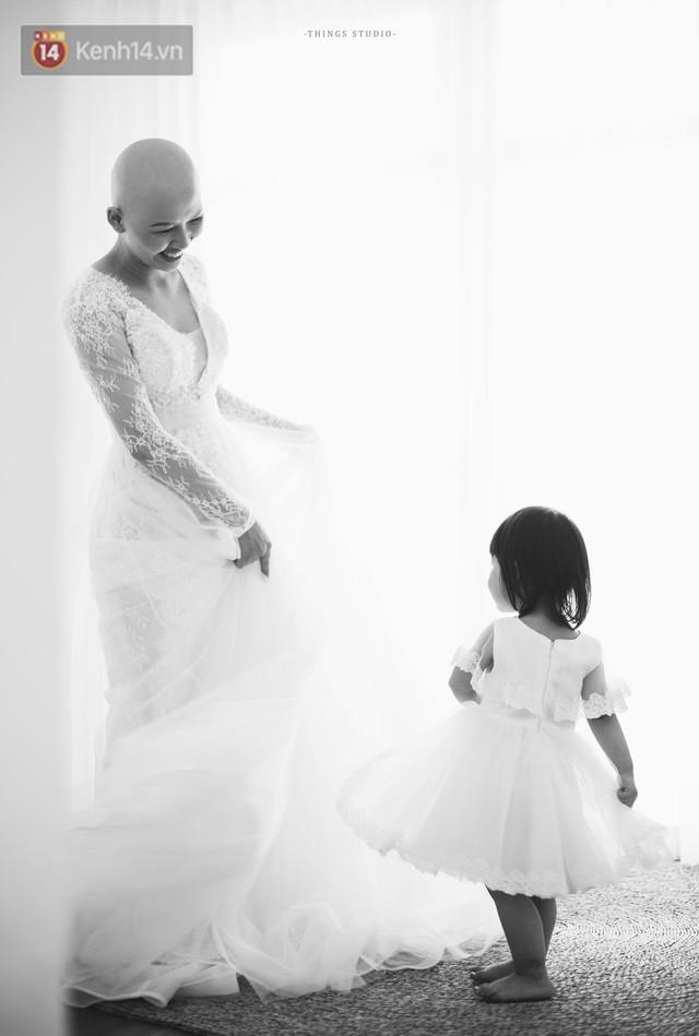 Bộ ảnh mẹ không có tóc bên con gái nhỏ đầy xúc động: Mình đã từng nghĩ không sống nổi với hình hài này - Ảnh 4.