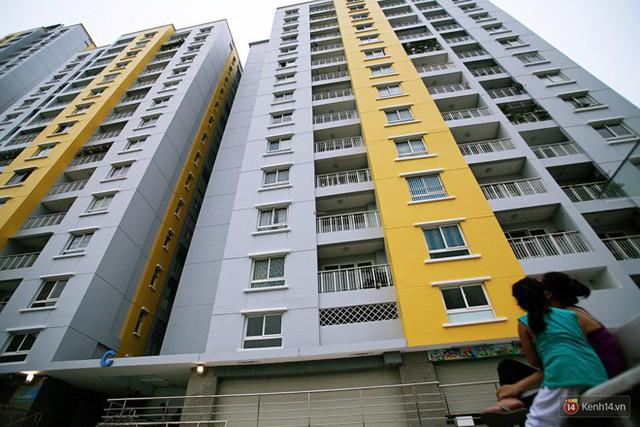 Chung cư Carina đổi màu áo từ xanh sang vàng, cư dân vẫn chưa thể về nhà sau vụ cháy thảm khốc 13 người chết - Ảnh 13.