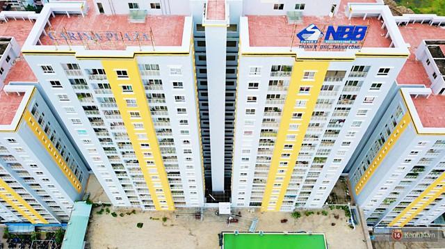 Chung cư Carina đổi màu áo từ xanh sang vàng, cư dân vẫn chưa thể về nhà sau vụ cháy thảm khốc 13 người chết - Ảnh 4.