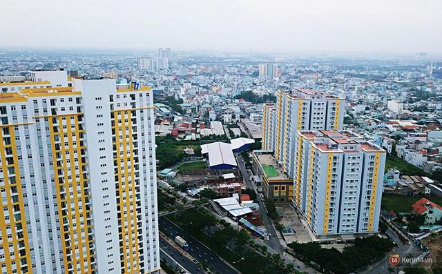 Chung cư Carina đổi màu áo từ xanh sang vàng, cư dân vẫn chưa thể về nhà sau vụ cháy thảm khốc 13 người chết - Ảnh 5.
