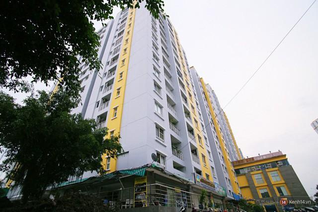 Chung cư Carina đổi màu áo từ xanh sang vàng, cư dân vẫn chưa thể về nhà sau vụ cháy thảm khốc 13 người chết - Ảnh 8.