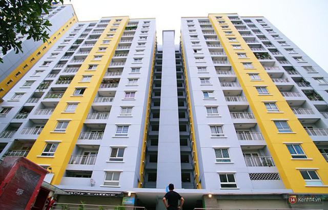 Chung cư Carina đổi màu áo từ xanh sang vàng, cư dân vẫn chưa thể về nhà sau vụ cháy thảm khốc 13 người chết - Ảnh 9.