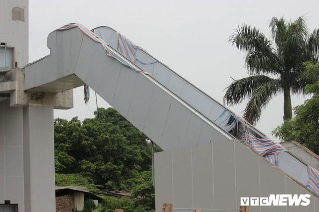 Ga tàu trên cao Cát Linh - Hà Đông: Thang cuốn phơi mưa nắng, bạt phủ rách tơi tả - Ảnh 3.
