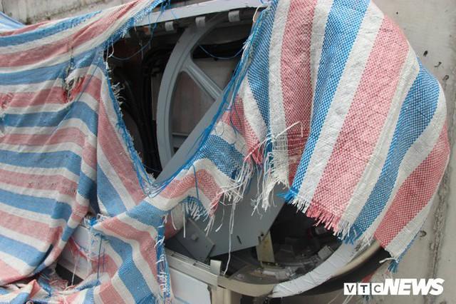 Ga tàu trên cao Cát Linh - Hà Đông: Thang cuốn phơi mưa nắng, bạt phủ rách tơi tả - Ảnh 6.
