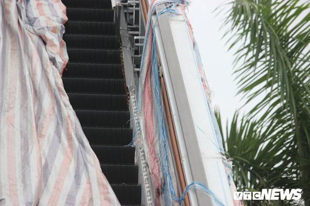 Ga tàu trên cao Cát Linh - Hà Đông: Thang cuốn phơi mưa nắng, bạt phủ rách tơi tả - Ảnh 7.