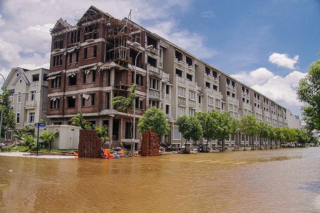 Cách nào để cư dân biệt thự triệu đô Hà Nội vượt mưa lũ? - Ảnh 1.
