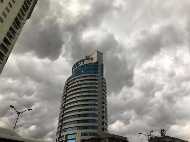 Hình ảnh bầu trời Hà Nội ấn tượng trong cơn dông, nhiều người hối hả về nhà tránh mưa lớn - Ảnh 13.