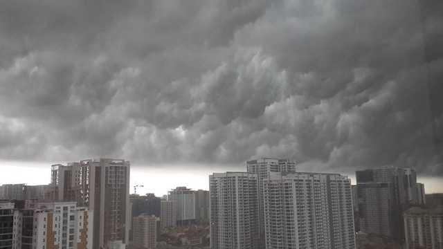 Hình ảnh bầu trời Hà Nội ấn tượng trong cơn dông, nhiều người hối hả về nhà tránh mưa lớn - Ảnh 2.