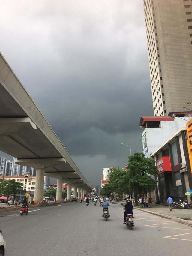 Hình ảnh bầu trời Hà Nội ấn tượng trong cơn dông, nhiều người hối hả về nhà tránh mưa lớn - Ảnh 14.
