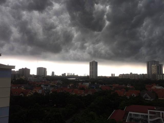 Hình ảnh bầu trời Hà Nội ấn tượng trong cơn dông, nhiều người hối hả về nhà tránh mưa lớn - Ảnh 10.