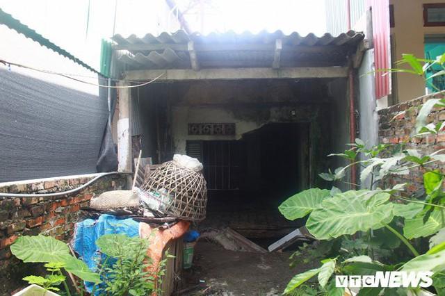 Ảnh: Cận cảnh hố tử thần sâu 3m tại nhà dân ở Hà Nội - Ảnh 1.