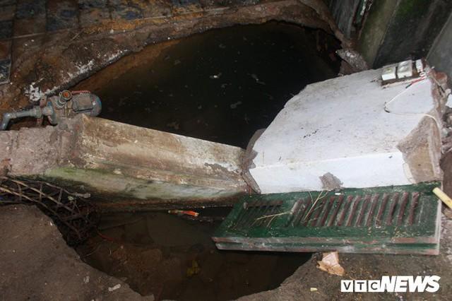 Ảnh: Cận cảnh hố tử thần sâu 3m tại nhà dân ở Hà Nội - Ảnh 2.
