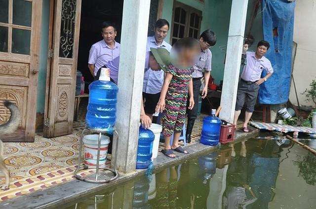 Hà Nội: Cử 3 bệnh viện khám cho người dân vùng ngập, đã có hàng chục ca đau mắt đỏ - Ảnh 1.
