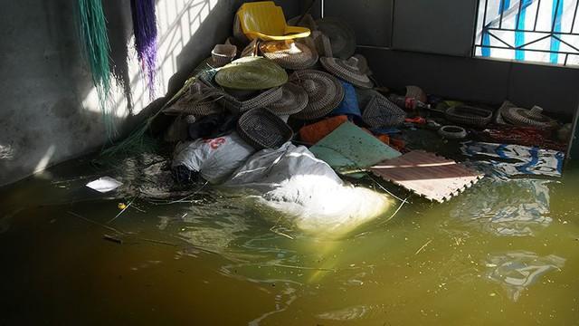 Rác thải cùng nước len lỏi vào nhà dân vùng rốn lũ Hà Nội  - Ảnh 13.